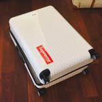 梨花ちゃんスーツケースに貼ったステッカーは[Supreme シュプリーム]