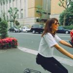 優木まおみサン★娘ちゃんの自転車ヘルメットは水玉模様!イチゴみたいで可愛いっ