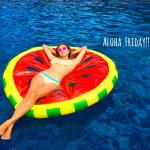 青山エミリーさん巨大スイカの浮き輪でプカプカっ。激カワです。